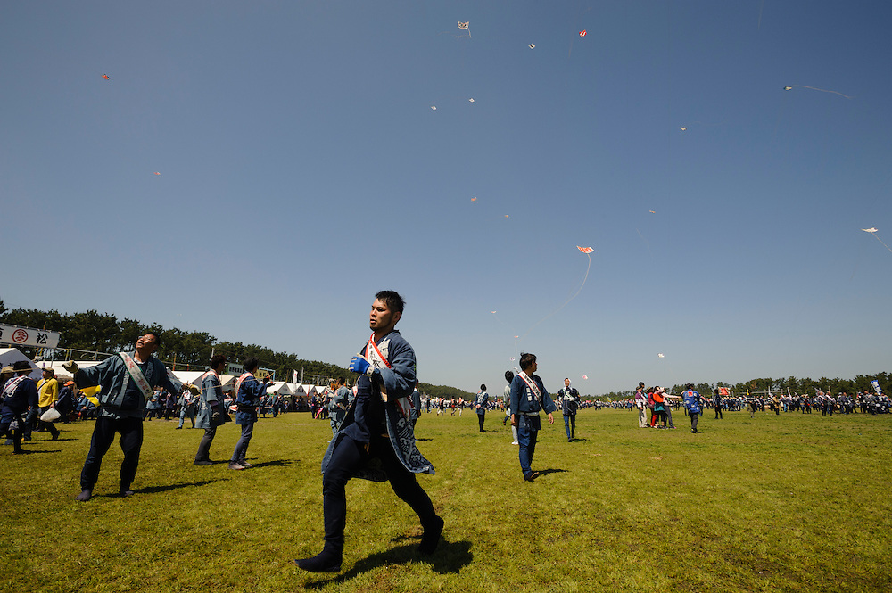 May 4, 2016 - People fight with kites at the Hamamatsu Festival in Shizuoka Prefecture, Japan. Teams build their own kites, measuring up to 3.5 by 3.5 meters, and then attempt to bring down the other teams' kites by flying them close together and using friction to burn the hemp kite strings. The festival, which celebrates new births, takes place May 3-5 and coincides with Children's Day.  (Photo by Ben Weller/AFLO) (JAPAN) [UHU]