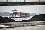 Nederland, Nijmegen, 6-1-2018Binnenvaartschepen, beladen met containers, en kolen varen over de Waal richting Duitsland FOTO: FLIP FRANSSEN