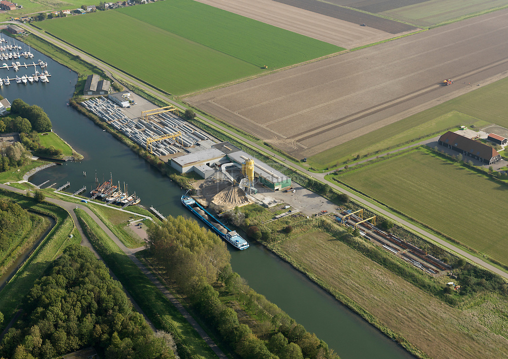Fabriek voor betonnen heipalen van Pit beton aan het havenkanaal in Kamperland