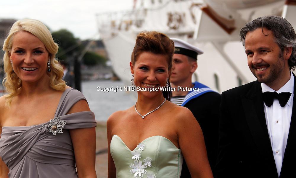 STOCKHOLM, SVERIGE 20100617.<br /> fra v: Kronprinsesse Mette-Marit, prinsesse M&permil;rtha og Ari Behn forlater Kongeskipet Norge f&macr;r festen p&Acirc; Drottningholm Slott torsdag kveld i Stockholm, Sverige. <br /> Foto: Lise &asymp;serud / Scanpix<br /> <br /> NTB Scanpix/Writer Pictures<br /> <br /> WORLD RIGHTS, DIRECT SALES ONLY, NO AGENCY