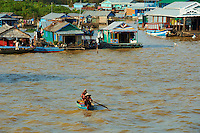 Asie du Sud Est, Cambodge, lac de Tonle Sap, Réserve de la Biosphère, Patrimoine UNESCO en 1997, village flottant de pêcheurs vietnamiens de Chong Kneas // Southeast Asia, Cambodia, Tonle Sap lake, Biosphere reserve of UNESCO in 1997, Chong Kneas, floating vietnamien village