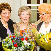 NLD/Huizen/20080425 - Lintjesregen 2008, 3 Ko's mw. A.M.H. Rozenstraten - van Well, dhr. R. Gras, dhr. A.A.G Goedhardt gemeentehuis Huizen