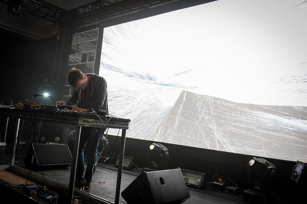RIVAL CONSOLES, NOCTURNE 3 :: ORCHESTRATE TO ELEVATE <br /> Musée d'art contemporain - Salle principale<br /> vendredi 29 mai, 21:30 - 03:00<br /> 35$ (+ fs & tx)<br /> Le post numérique se déchaîne avec des fractales d'instrumentation acoustique dans une soirée de saisissantes harmonies et de rythmes transportants. Les producteurs donnent libre cours à leur musicalité viscérale, du violoncelle et piano à la batterie, en demeurant dans les sphères de la composition radicale et de l'improvisation sublime.