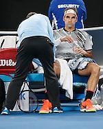 ROGER FEDERER wird wegen einer Knieverletzung behandelt,,Herren Finale<br /> <br /> Australian Open 2017 -  Melbourne  Park - Melbourne - Victoria - Australia  - 29/01/2017.
