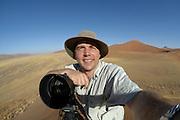 Solvin Zankl auf der suche nach dem Loeffelhund am Rande der Namib