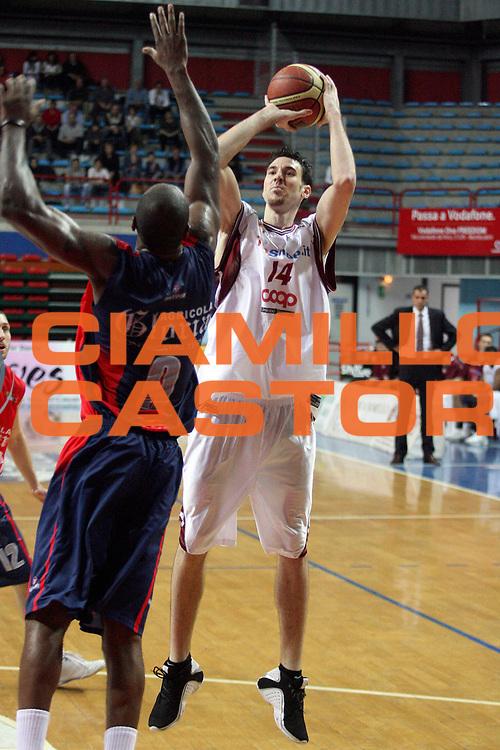 DESCRIZIONE : Montecatini Lega A2 2007-08 Agricola Gloria Montecatini TDShop.it Livorno<br /> GIOCATORE : Ostler Troy<br /> SQUADRA : TDShop.it Livorno<br /> EVENTO : Campionato Lega A2 2007-2008<br /> GARA : Agricola Gloria Montecatini TDShop.it Livorno<br /> DATA : 20/04/2008<br /> CATEGORIA : Tiro<br /> SPORT : Pallacanestro<br /> AUTORE : Agenzia Ciamillo-Castoria/Stefano D'Errico