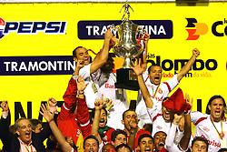 O capitão do Internacional Fernandão levanta a taça de Campeão Gaúcho 2008. Foto: Jefferson Bernardes/Preview.com