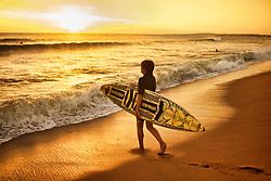 Um surfista ao por-do-sol em Punta del Este.  Cidade do Uruguai, localizada no departamento de Maldonado. Está entre os dez balneários de luxo mais famosos do mundo e é um dos mais charmosos da América Latina, oferecendo tanto praias oceânicas (oceano Atlântico) quanto de rio (Rio da Prata). A cidade foi fundada em 1829 por Don Francisco Aguilar, e seu primeiro nome foi Villa Ituzaingó. Em 1907, passou a se chamar Punta del Este. Nas temporadas de verão o balneário salta para 400 mil habitantes. FOTO: Jefferson Bernardes/Preview.com