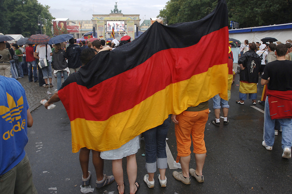 Fussballweltmeisterschaft 2006 in Deutschland FIFA World Cup  Spiel um 3. Platz Deutschland Portugal (3-1) Public Viewing Berlin Fan Meile am Brandenburger Tor Bevoelkerung Fans Fussballfans Sport Fussball Fahnen Flaggen Menschenmenge Emotionen bunt Spannung Jubel Freude Begeisterung Fanartikel Weltmeisterschaft WM Europa 8.7.2006; QF; (Farbtechnik sRGB 34.94 MByte vorhanden) English World Cup 2006 in Germany FIFA World Cup game for 3rd place Germany Portugal (3-1) Public Viewing  Berlin Fan Mile people fans sport football soccer crowd emotions joy joyous jubilation cheering enthusiasm enthusiasts excitement fan articles flags German flag merchandize Europe July 8 2006 Sacharchiv ..