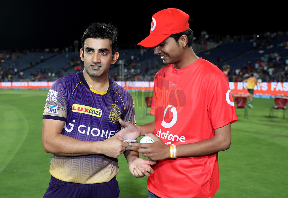 Kolkata Knight Riders captain Gautam Gambhir signs the Vodafone ball during the presentation of the match30 of the Vivo 2017 Indian Premier League between the Rising Pune Supergiants and the Kolkata Knight Riders  held at the MCA Pune International Cricket Stadium in Pune, India on the 26th April 2017<br /> <br /> Photo by Sandeep Shetty - Sportzpics - IPL