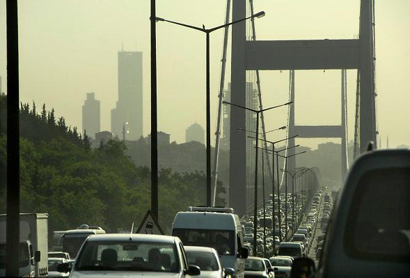 Turkije, Istanbul, 9-6-2011Straatbeeld. Verkeer op de Ataturk brug over de Bosporus, de grens tussen europa en azie.Foto: Flip Franssen