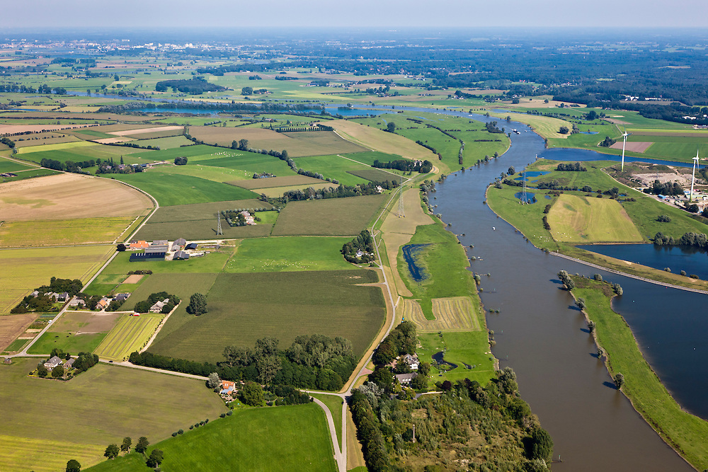 Nederland, Gemeente Voorst, De Voorster Klei, 06-09-2010; uiterwaarden langs de IJssel. De dijk in de voorgrond zal in het kader van Ruimte voor de Rivier verlaagde worden en er wordt een nieuwe dijk aangelegd (verder naar links). Door de dijkverlegging zal er bij hoogwater een waterstanddaling optreden..Floodplains along the river IJssel. The dike in the foreground will be partially excavated, creating more 'room for the river', decreasing water levels in case of the high waters (flood). A new dike will be build further away from the river..luchtfoto (toeslag), aerial photo (additional fee required).foto/photo Siebe Swart