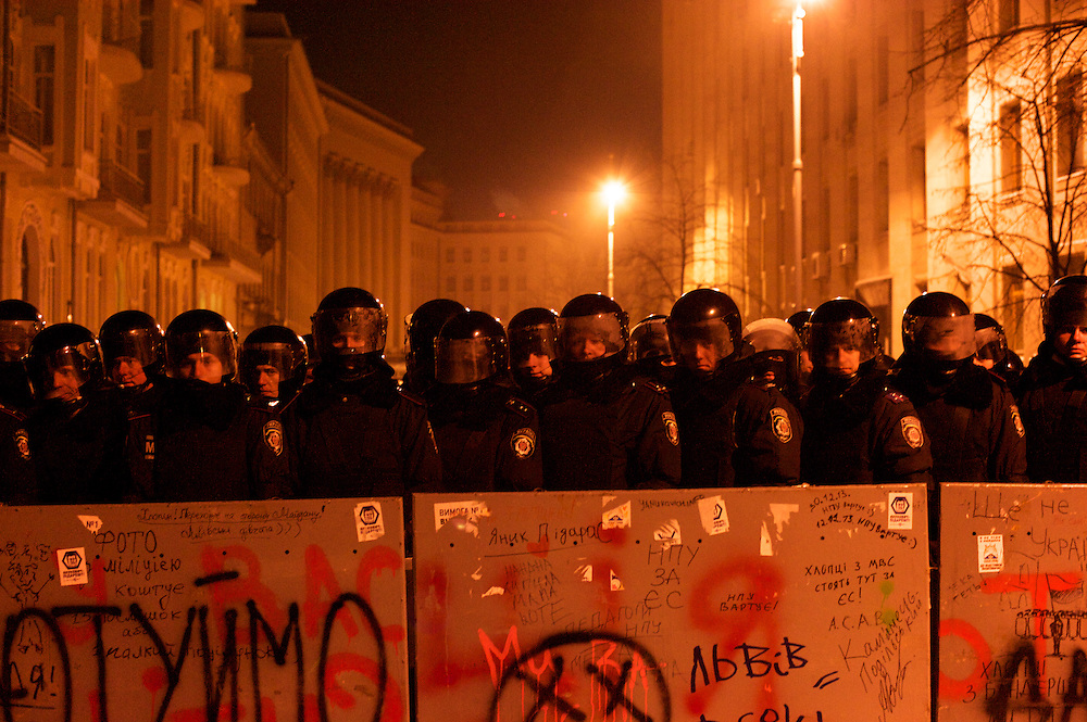 January 24, 2014 - Kiev, Ukraine: Ukrainian riot police hold a defensive line as protestors advance to a street that gives access to government buildings, near the Independence Square in central Kiev. (Paulo Nunes dos Santos)