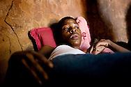 Botswana, Josephine er 35 år og smittet med hiv. Hun tager ARV medicin og har også diabetes. Hun får ofte besøg af Gladys der er frivillig fra Botswana Røde Kors.
