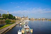 Blick über die Elbe auf barocke Altstadt, historische Kulisse, Augustusbrücke, Schiffe Weiße Flotte, Dresden, Sachsen, Deutschland.|.Dresden, Germany, View on river Elbe and historic city of Dresden, Dresden