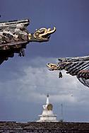 Mongolia. museum of  Erden Zuu      /  Corniche en forme de tête de dragon (Musée d'Erden Zuu  Erden Zuu Qaraqorin Mongolie.)  du Temple Principal -IKH ZUU à ERDENI ZUU (XVI ème siècle). Chaque angle du toit des monastères est terminé par une sculpture de tête de dragon ou de chimère en dessous duquel teinte parfois une clochette par la seule force du vent. Son bruit métallique et délicat est destiné à faire fuir les méchants esprits, comme les mauvaises pensées. (QARAQORIN, /  /67    L920728b  /  P0002605