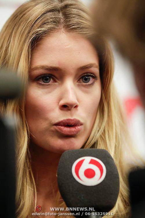 NLD/Den Haag/20120416 - Doutzen Kroes overhandigd rapport Hiv-Sexualitit aan staatssecretaris Ben Knapen,