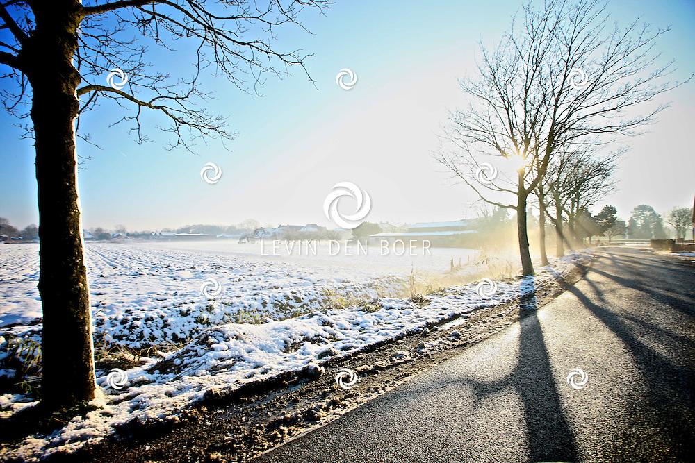 NEDERLAND - Het is in de winter altijd moeilijk om in de ochtend richting het zuiden te rijden. De zon staat dan zo laag dat deze je bijna verblind tijdens het autorijden. FOTO LEVIN DEN BOER - PERSFOTO.NU