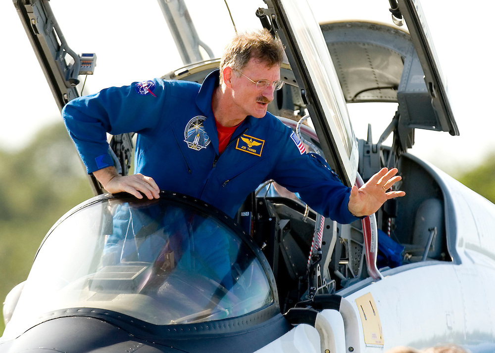 Space shuttle Atlantis mission specialist Joseph Tanner waves to the ground crew after arriving for dress rehearsal in Cape Canaveral, Fla. on August 7, 2006. REUTERS/Scott Audette (UNITED STATES)