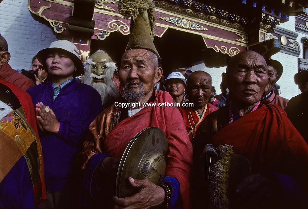 Mongolia. Maidar Buddhist ceremony  Erden Zuu, Karakorum      /  Procession boudhiste du Maidar.  (Monastère de Erdeni Zuu à Qaraqorin (Karakorum) Mongolie ), Mains tendues vers l'heureux présage. A l'étape, la cérémonie continue par des prières et des invocations. Un lama va lancer une aspersion d'eau bénite vers la foule en signe de porte-bonheur et de voeu de richesse et fertilité. Chacun essaye de récupérer quelques unes de ces gouttes qu'ils porteront aux lèvres.  /  84       P0007413
