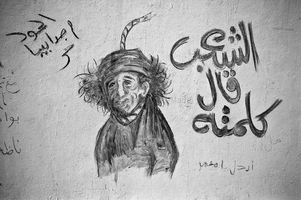 Caricature du colonel Kadhafi réalisée sur un mur de la Katiba, à Benghasi, le 1er avril 2011.