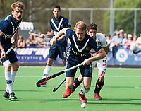 AMSTELVEEN -  Hockey Hoofdklasse heren Pinoke-Amsterdam (3-6). Dennis Warmerdam (Pinoke) , die  die vanwege kanker en een tumor in zijn arm, zijn hockeycarrière moet beëindigen . links Derck de Vilder (Pinoke)  . rechts Johannes Mooij (A'dam) .  COPYRIGHT KOEN SUYK