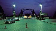 DEU, Germany, Berlin, the Glienicker Bridge, during the Cold War uncovered spies of the East and the West were handed over on the bridge.....DEU, Deutschland, Berlin, die Glienicker Bruecke, in Zeiten des Kalten Krieges wurden auf der Glienicker Bruecke enttarnte Agenten von Ost und West uebergeben...1988