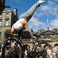 Two gymnasts of the group Kataklo', during a street performance in Edinburgh, during the Edinburgh Fringe Festival 2006. Their shows are suspended, balanced between dance, sport and poetry.<br />