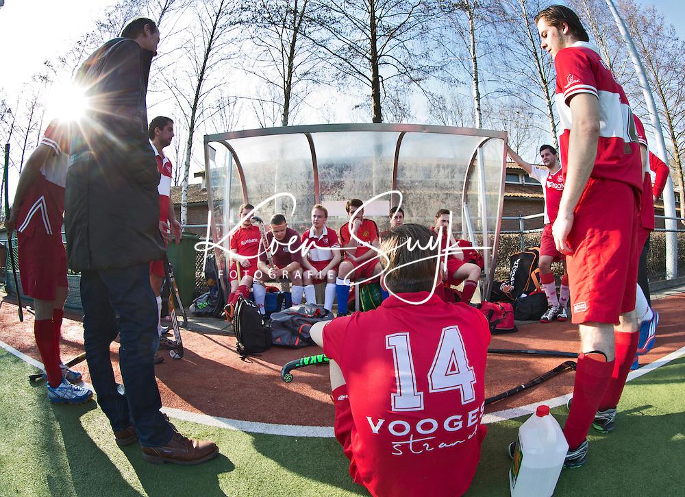 AMSTELVEEN - Hockey - Wedstrijd tussen de JH1 teams, jong senioren, tusssen de mannen van Myra en Rood Wit. (3-5). Veel verschillende kleding waaronder veel voetbalshirts. COPYRIGHT KOEN SUYK