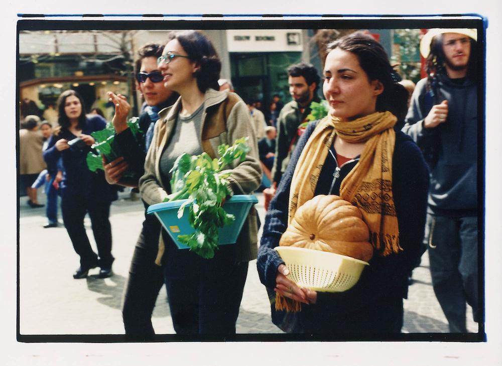 Napoli, No Global Forum, marzo 2001. 16 marzo, corteo dopo un'azione contro McDonald's.