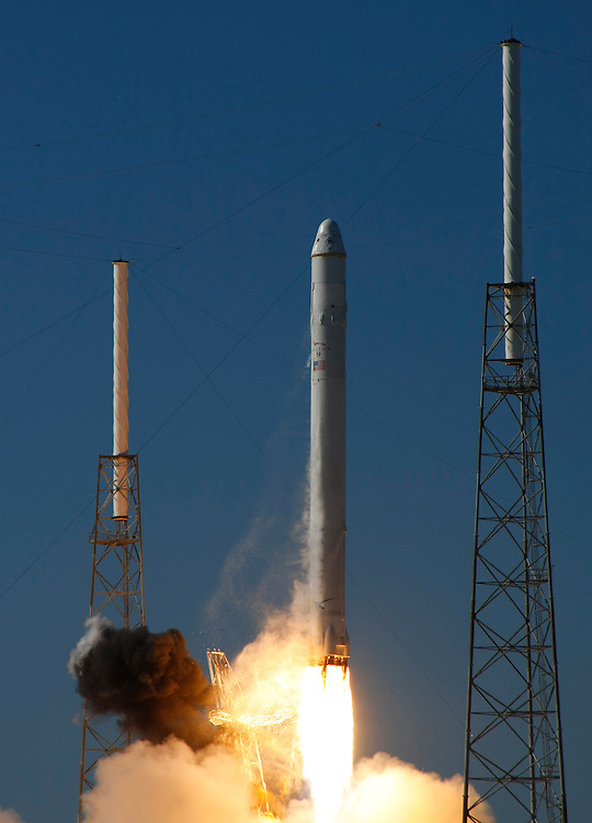 The SpaceX Falcon 9 rocket with the Dragon capsule lifts off from launch complex 40 at the Cape Canaveral Air Force station in Cape Canaveral, Florida December 8, 2010. Photo/Scott Audette   (UNITED STATES)
