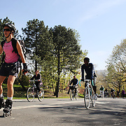 Cyclists, runners and skaters exercise around Central Park during a warm spring day in Central Park, Manhattan, New York, USA. Photo Tim Clayton