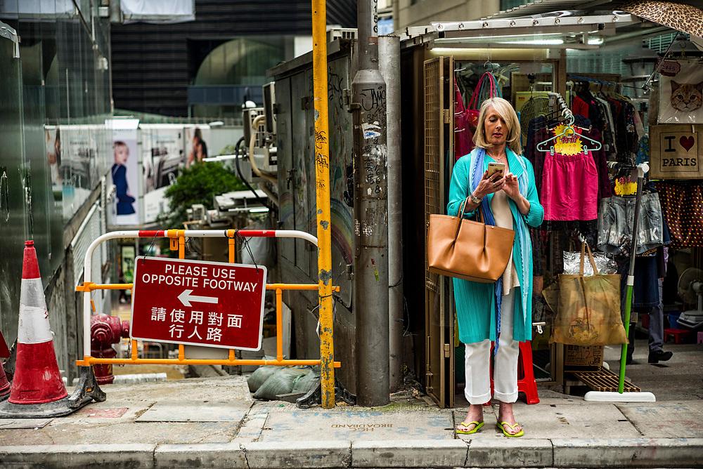 Hong Kong | 05.05.2017: Hong Kong <br /> <br /> hier: Frau mit Smartphone<br />  <br /> Sascha Rheker<br /> 20170505<br /> <br /> [Inhaltsveraendernde Manipulation des Fotos nur nach ausdruecklicher Genehmigung des Fotografen. Vereinbarungen ueber Abtretung von Persoenlichkeitsrechten/Model Release der abgebildeten Person/Personen liegt/liegen nicht vor.]