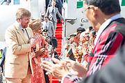 Staatsbezoek van Koning Willem Alexander en  Koningin Maxima aan Indonesie Dag 3 - Tobameer, Sumatra Aankomst Vliegveld Silangit  ///   State visit of King Willem Alexander and Queen Maxima to Indonesia Day 3 - Lake Toba, Sumatra Arrival at Silangit Airport