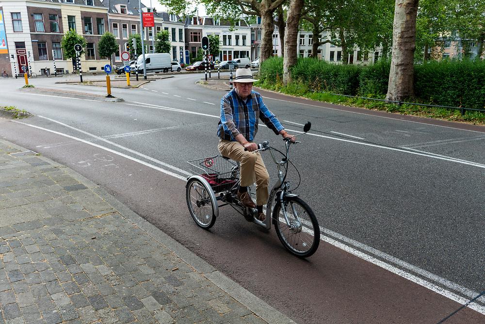 In Utrecht rijdt een man op een aangepaste driewieler.<br /> <br /> In Utrecht a man rides a special trike.