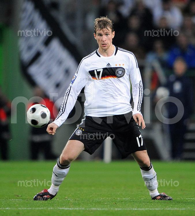 FUSSBALL   INTERNATIONAL   WM-QUALIFIKATION 2010 Deutschland - Wales               15.10.2008 Per MERTESACKER (Deutschland) Einzelaktion am Ball