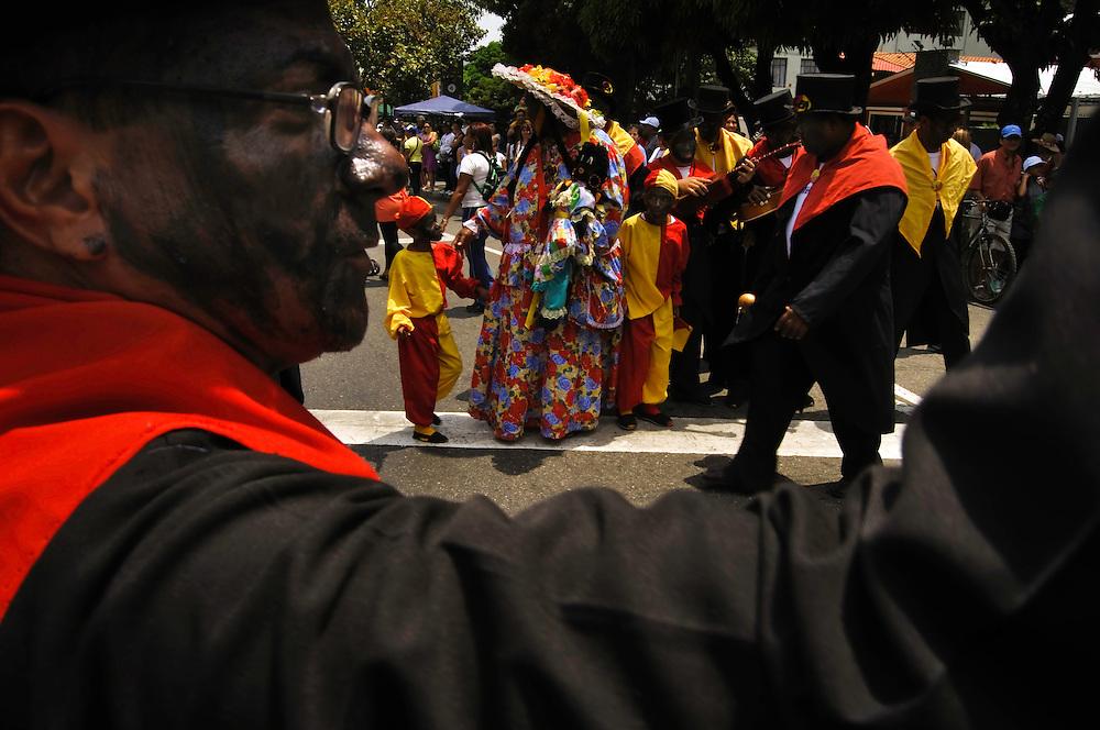 PALMEROS OF CHACAO / PALMEROS DE CHACAO<br /> Photography by Aaron Sosa<br /> Caracas - Venezuela 2010<br /> (Copyright © Aaron Sosa)<br /> <br /> Los Palmeros de Chacao es una tradición que data de cerca de 1770, cuando el párroco José Antonio Mohedano, ante la recurrencia de la peste de la fiebre amarilla que azotaba el valle de Caracas, quiso solicitar clemencia a Dios con una promesa y envió a los peones de las haciendas cercanas a la montaña (Hoy Parque Nacional Waraira Repano), a buscar la palma real para que bajaran sus hojas, evocando el pasaje bíblico de la entrada de Jesús a Jerusalén).<br /> <br /> Hasta la presente fecha año tras año los Palmeros suben el Viernes de Concilio (Viernes anterior al Domingo de Ramos) y bajan al día siguiente cargando las palmas que serán benditas en la misa del domingo de ramos.<br /> <br /> Durante su descenso los Palmeros de Chacao son recibidos por la feligresía caraqueña y son homenajeados por otros grupos folclóricos culturales, Los Diablos Danzantes de Yare, La Parranda de San Pedro, Santos Inocentes de Caucagua, Tambores de San Juan de Curiepe.<br /> <br /> Estas imágenes pretenden ilustrar de manera subjetiva esta importante actividad que da el inicio a la Semana Santa en Caracas.