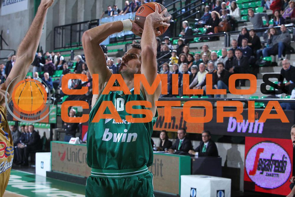 DESCRIZIONE : Treviso Lega A 2010-11 Eurocup Qualifyng Round BWIN Benetton Treviso Asefa Estudiantes Madrid<br /> GIOCATORE : Sandro Nicevic<br /> SQUADRA : BWIN Benetton Treviso Asefa Estudiantes Madrid<br /> EVENTO : Campionato Lega A 2010-2011 <br /> GARA : BWIN Benetton Treviso Asefa Estudiantes Madrid<br /> DATA : 07/12/2010<br /> CATEGORIA : Tiro<br /> SPORT : Pallacanestro <br /> AUTORE : Agenzia Ciamillo-Castoria/G.Contessa<br /> Galleria : Lega Basket A 2010-2011 <br /> Fotonotizia : Treviso Lega A 2010-11 Eurocup Qualifyng Round BWIN Benetton Treviso Asefa Estudiantes Madrid<br /> Predefinita :