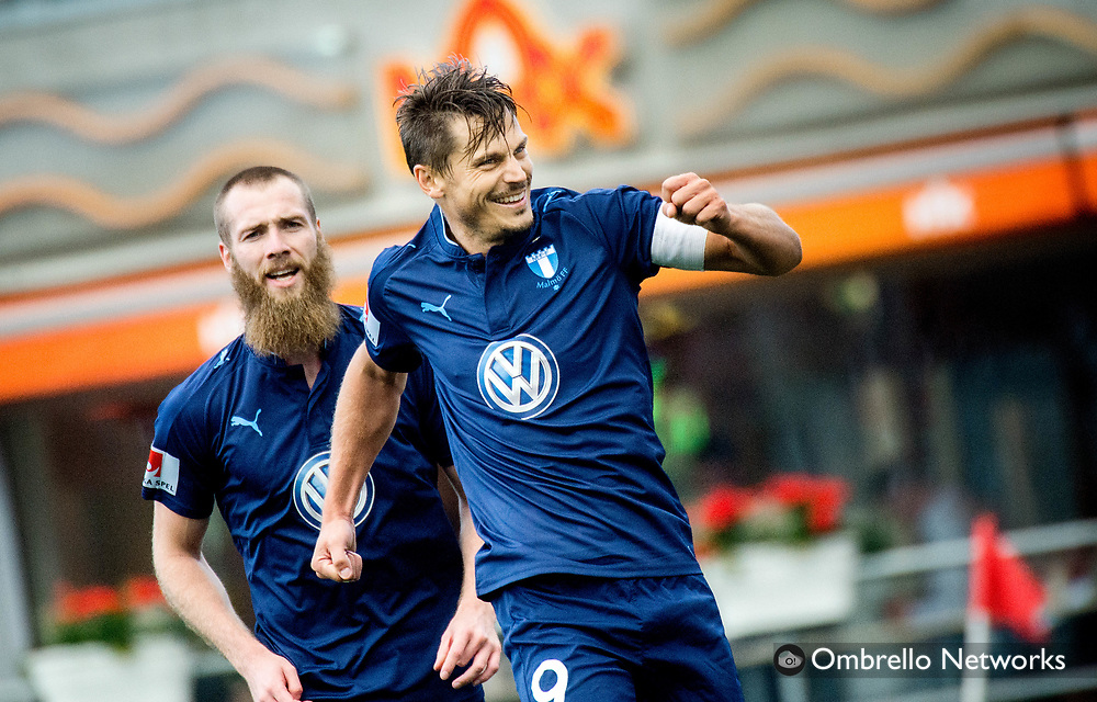 ÖREBRO, SWEDEN - AUGUST 01: Markus Rosenberg of Malmö FF celebrates with Jo Inge Berget of Malmö FF after scoring 0-3 on penalty kick during the allsvenskan match between Örebro SK and Malmö FF at Behrn Arena on August 1, 2016 in Örebro, Sweden. Foto: Pavel Koubek/Ombrello