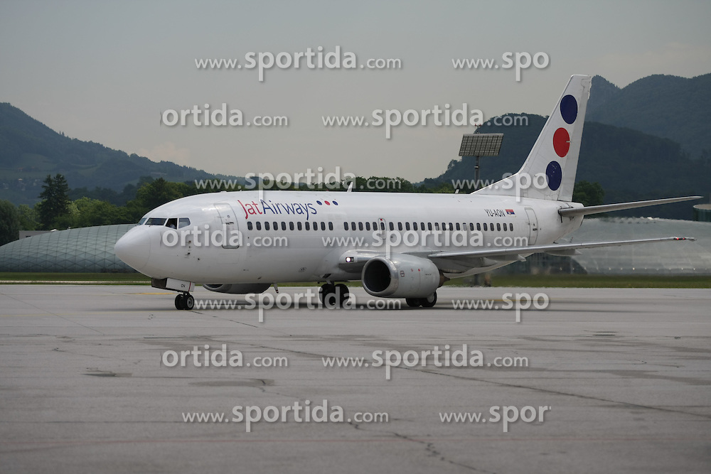 25.05.2010, Airport Salzburg, Salzburg, AUT, WM Vorbereitung, Serbien Ankunft im Bild Flugzeug mit Nationalmannschaft, Nationalteam Serbien, EXPA Pictures © 2010, PhotoCredit EXPA R. Hackl / SPORTIDA PHOTO AGENCY