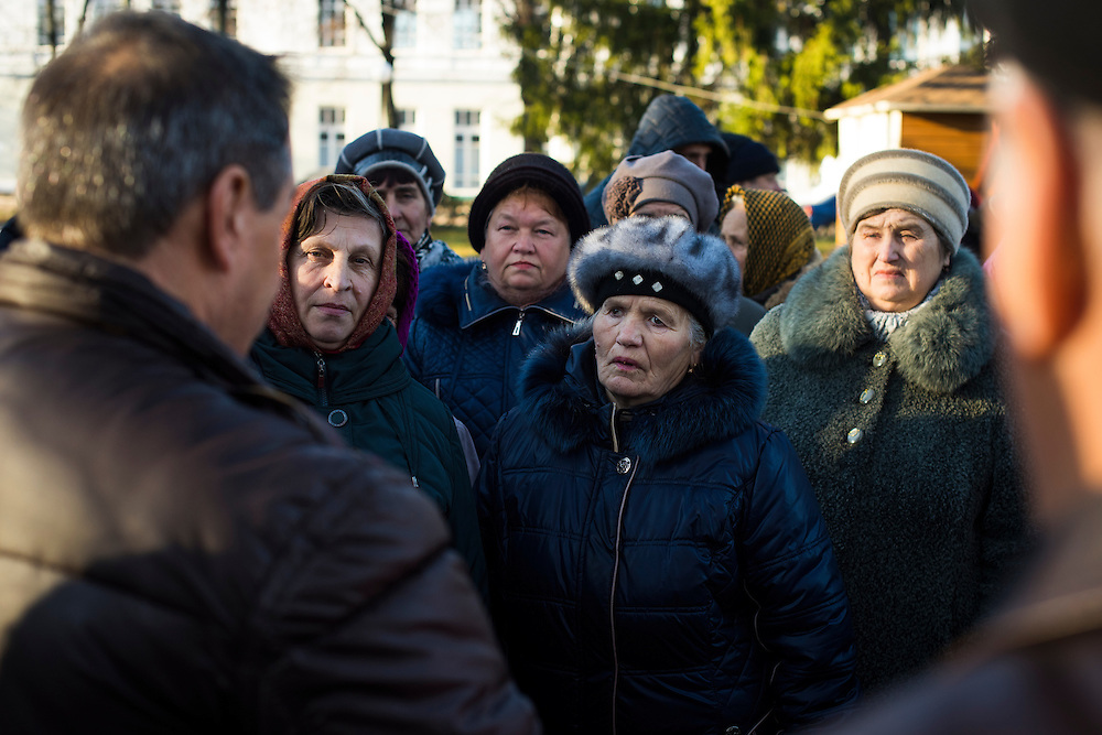 Michel est arr&ecirc;t&eacute; en pleine rue par un groupe de citoyens, des babushkas essentiellement, qui lui posent des questions sur ses projets pour la ville le 8 d&eacute;cembre 2015, &agrave; Hlukhiv, Ukraine. &quot; On veut plus de lumi&egrave;res le soir, l'autre jour j'ai failli me faire attaquer par des jeunes&quot; ; &quot; Il faut du travail pour les jeunes&quot;; &quot;Il faut refaire le stade&quot;;&quot; Le prix de l'eau est trop cher&quot;...Ce &agrave; quoi leur a r&eacute;pondu Michel : &quot;Il faut me laisser un peu de temps, un an par exemple c'est pas assez pour tout faire &raquo;<br /> <br /> Michel Terestchenko fields a barrage of impromptu questions from citizens that he encountered in a square while returning to his office on December 8, 2015 in Hlukhiv, Ukraine.
