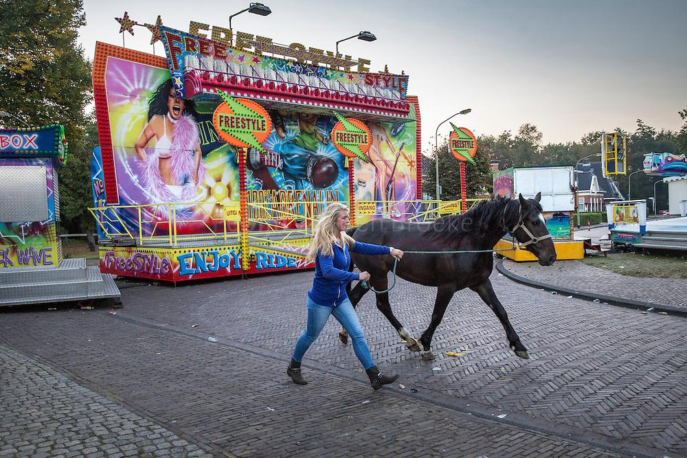 Roden 20160927. Paardenmarkt Rodermarkt. Paard wordt naar de markt gebracht via de kermis. foto: Pepijn van den Broeke