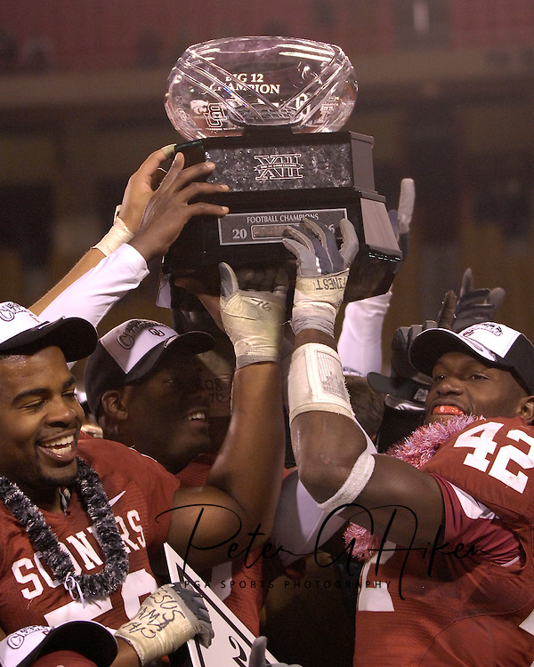 University of Oklahoma players hold up the Big 12 Championship Trophy after beating Nebraska 21-7 at Arrowhead Stadium in Kansas City, Missouri, December 2, 2006.<br />