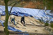 Nederland, Ubbergen, 26-11-2013Rietdekkers bezig met het vernieuwen van een rieten dak van een groot huis.Foto: Flip Franssen/Hollandse Hoogte
