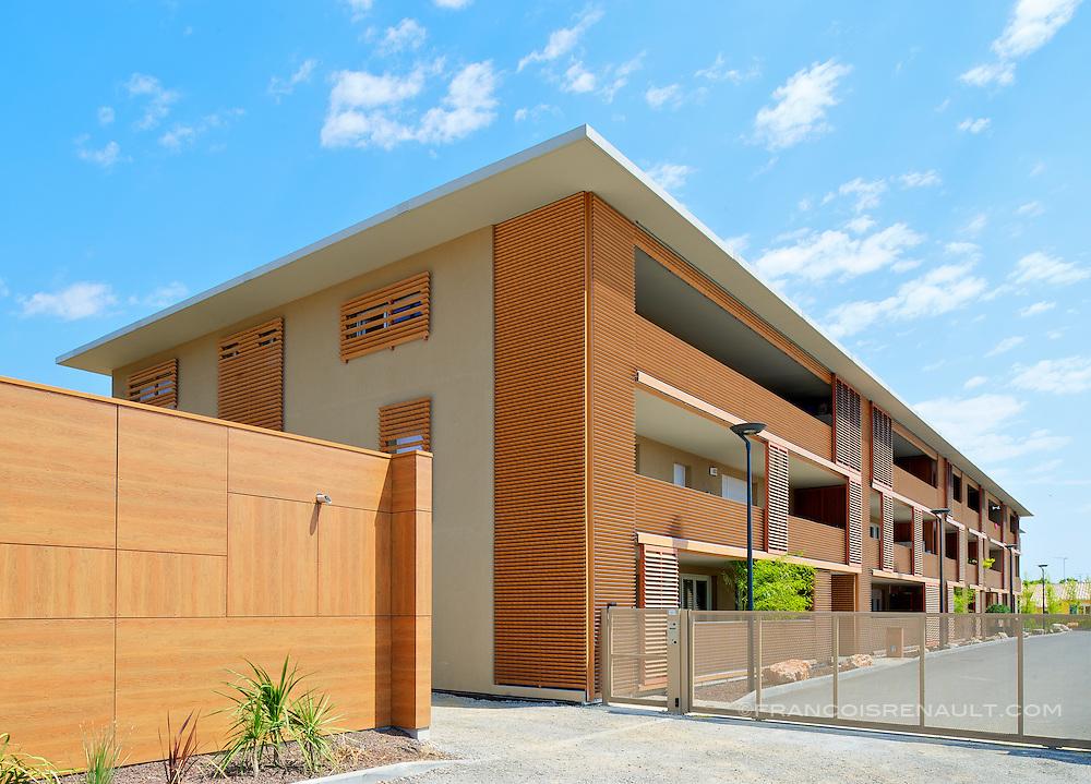 Le Petit Parc &agrave; Baillargues pr&egrave;s de Montpellier est un ensemble de 51 logements qui allie performance &eacute;nerg&eacute;tique et environnement, ce qui lui a valu les certifications Qualitel BBC effinergie et Habitat &amp; Environnement BBC effinergie, un &eacute;crin de verdure o&ugrave; il fait bon vivre.<br /> Architecte: Agence Font&egrave;s, Fran&ccedil;ois Font&egrave;s.<br /> Bailleur social: Nouveau Logis M&eacute;ridional-Groupe.