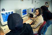 Nederland, Nijmegen, 7-3-2004..Allochtone vrouwen doen in het wijkcentrum Titus Brandsma op de computer een beroepskeuze test. Allochtoon, arbeidsparticipatie, integratie, werkgelegenheid, emancipatie, arbeidsmarkt...Foto: Flip Franssen/Hollandse Hoogte
