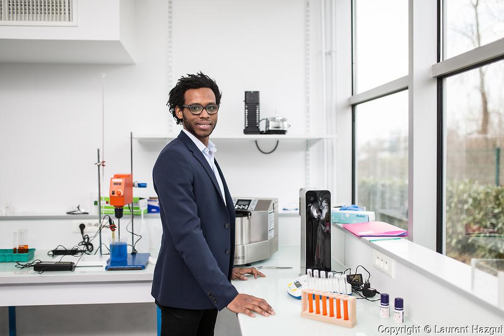 07032016. Evry. Génopole. Portrait d'Alvyn Séverien, fondateur d'une start-up dans les biotechs, Algama. Leur société développe des produits alimentaires à base de micro-algues. Laboratoire.
