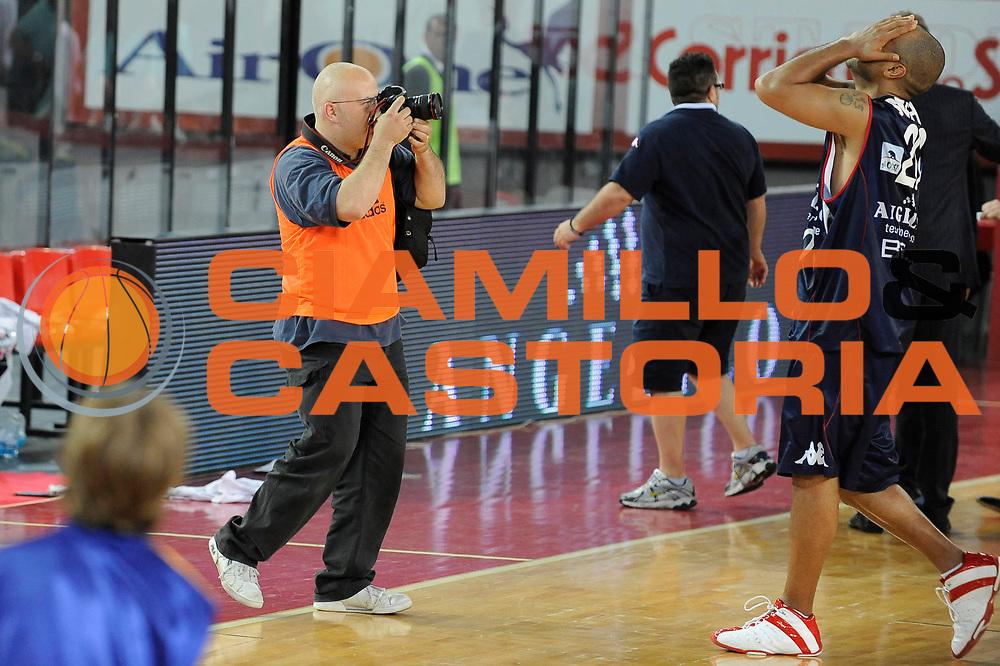 DESCRIZIONE : Roma Lega A 2008-09 Playoff Quarti di finale Gara 5 Lottomatica Virtus Roma Angelico Biella<br /> GIOCATORE : Stefano Joe Smith<br /> SQUADRA : Angelico Biella<br /> EVENTO : Campionato Lega A 2008-2009 <br /> GARA : Lottomatica Virtus Roma Angelico Biella<br /> DATA : 26/05/2009<br /> CATEGORIA : esultanza<br /> SPORT : Pallacanestro <br /> AUTORE : Agenzia Ciamillo-Castoria/G.Ciamillo