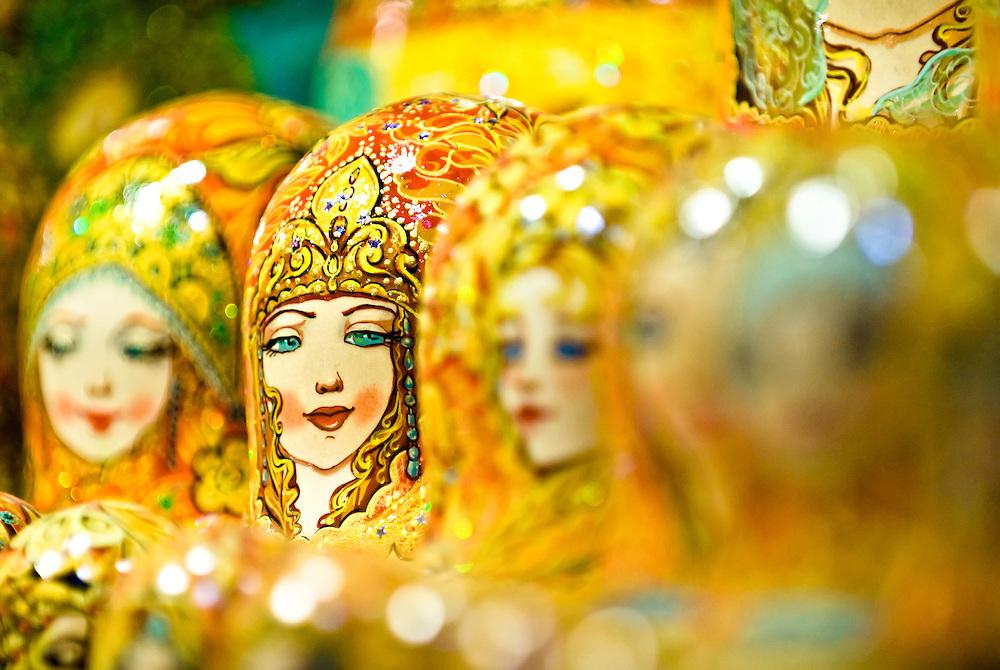 CZE,Tschechien,Tschechische Republik,Prag,2007  Schaufenster Prager Innenstadt mit Matroschka Figuren. Fälschlicherweise werden diese Puppen oft als Babuschka russ. fuer Oma oder  Großmütterchen bezeichnet   CZE,Czech Republic,Prague,Matroschka figures