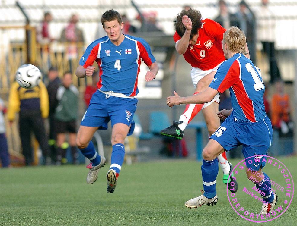 n/z.: Grzegorz Rasiak (Polska) strzela druga bramke dla Polski podczas meczu towarzyskiego Polska (bialo-czerwone) - Wyspy Owcze (niebieskie) , sezon 2005/2006 , pilka nozna , Polska , Wronki , 14-05-2006 , fot.: Adam Nurkiewicz / mediasport..Grzegorz Rasiak (Poland) shoots second goal for Poland during soccer friendly match in Wronki. May 14, 2006 ; Poland (white-red) - Faroe Islands (blue) ; season 2005/2006 , football , Poland , Wronki ( Photo by Adam Nurkiewicz / mediasport )